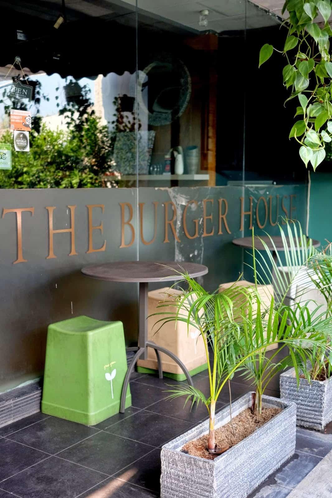 The Republic of Burger Tempat Untuk Menikmati Burger dengan Suasana Ngerock
